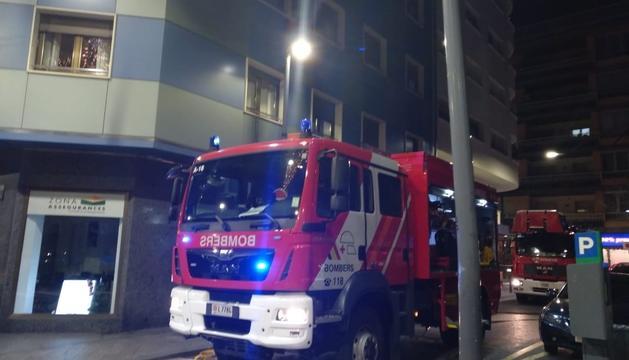 Una de les dotacions de bombers en el lloc dels fets anit
