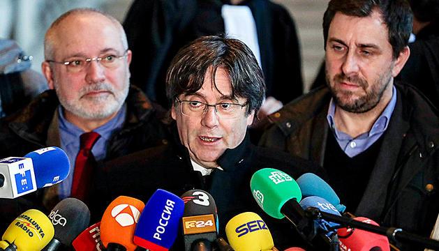 Puigdemont, ahir, acompanyat dels exconsellers Lluís Puig i Toni Comín.