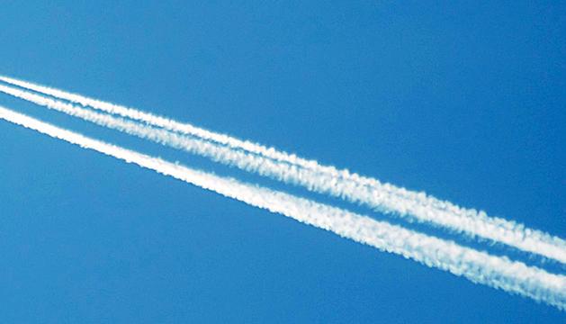 Un avió de passatgers deixa una estela al cel.