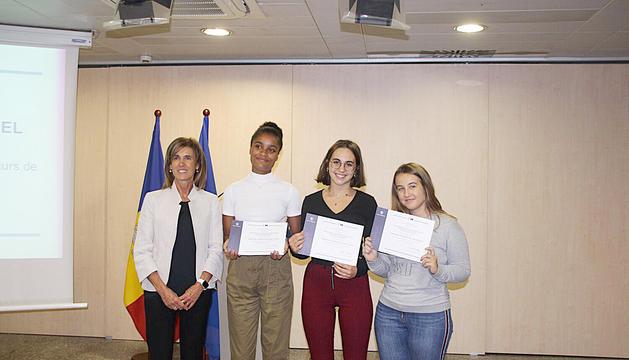 Droge Deser i Briantais les alumnes guanyadores del concurs de redacció convocat pel ministeri d'Educació i Ensenyament