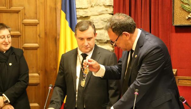 Josep Majoral rep les claus del comú com a nou cònsol lauredià de Josep Miquel Vila