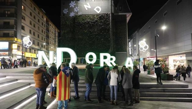 Un grup de persones en contra de la inhabilitació del President de la Generalitat de Catalunya