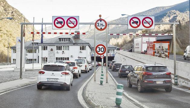 col·lapse per entrar al país i més vehicles dels previstos