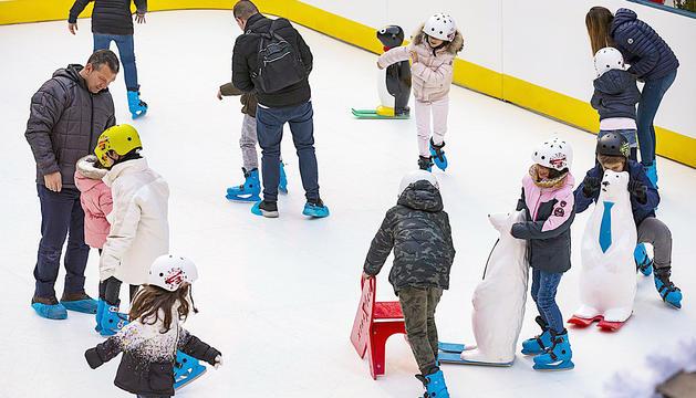 Els més petits han pogut gaudir de la pista de patinatge i del tobogan de gel