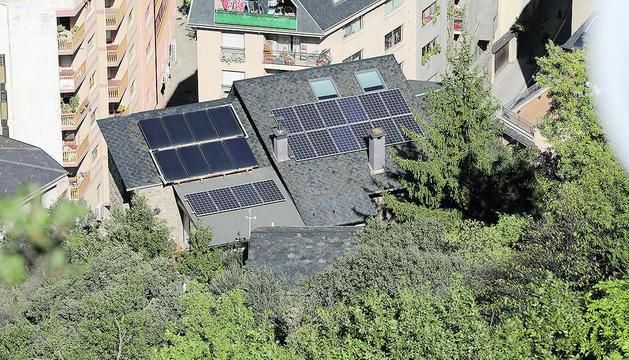 Edifici amb plaques solars.