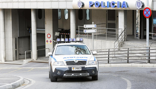Un vehicle del cos de policia davant del despatx.