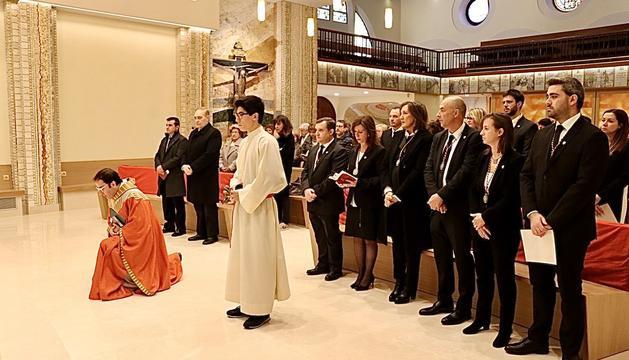 Els membres del nou comú, l'oposició, els consellers generals lauredians i mossèn Pepe Chisvert durant la tradicional missa en honor a Sant Julià