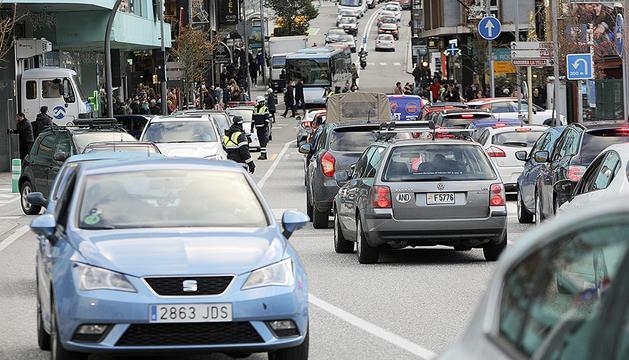 Vehicles aturats al carrer de la Unió.