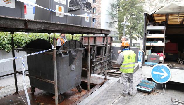 El servei de manteniment amb un dels contenidors