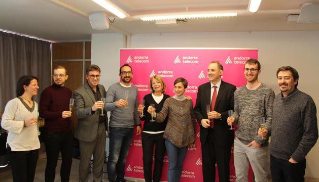 L'equip d'Andorra Telecom, juntament amb alguns periodistes, al pica pica per celebrar l'entrada del nou any