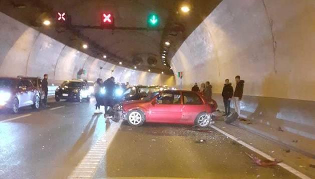 Un dels cotxes sinistrats aquest matí dins el túnel de la Tàpia