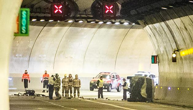 La furgoneta accidentada a l'interior del túnel de la Tàpia amb els equips d'emergència, ahir.