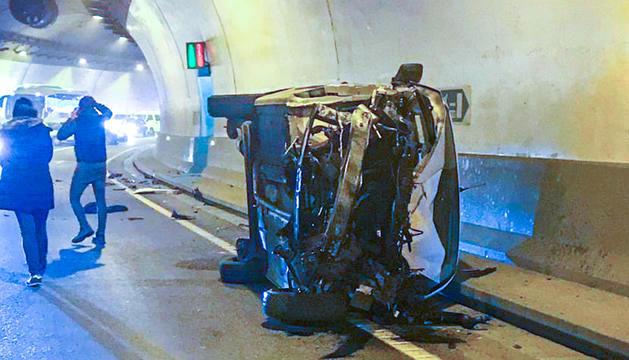 El cotxe accidentat ahir al túnel de la Tàpia.