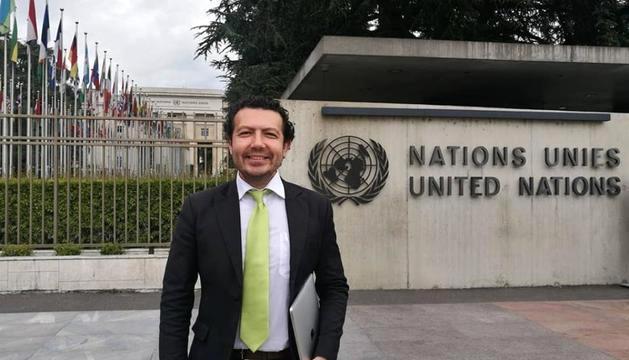 Stanislovas Tomas davant la seu de l'ONU.