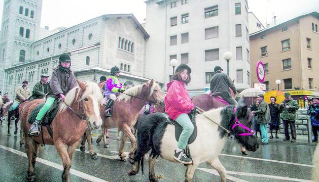 La festa dels tres tombs escaldenca es va recuperar el 1999 amb passeig de cavalls.