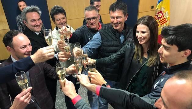 Els membres del Govern, Irineu Esteve i l'equip de la FAE celebren els resultats de l'esquiador de fons