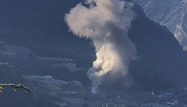 La columna de fum de l'incendi a la zona industrial dels Serradells