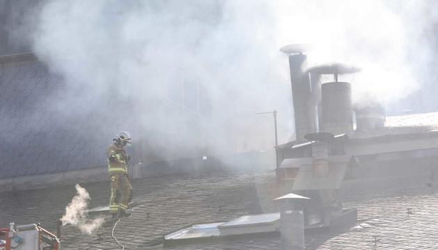 Un dels bombers treballant