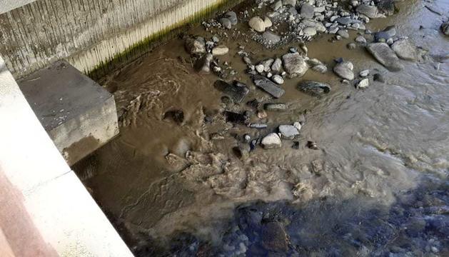 L'aigua amb fang al riu Valira