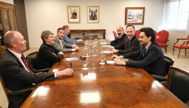 Els representants de Govern i del grup parlamentari socialdemòcrata durant la reunió