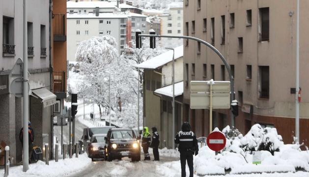 La policia al Pont dels Escalls controlant la circulació a causa de la forta nevada