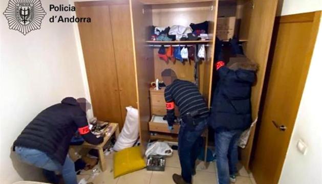 Agents de la policia escorcollen l'interior de l'anomenat narcopís.