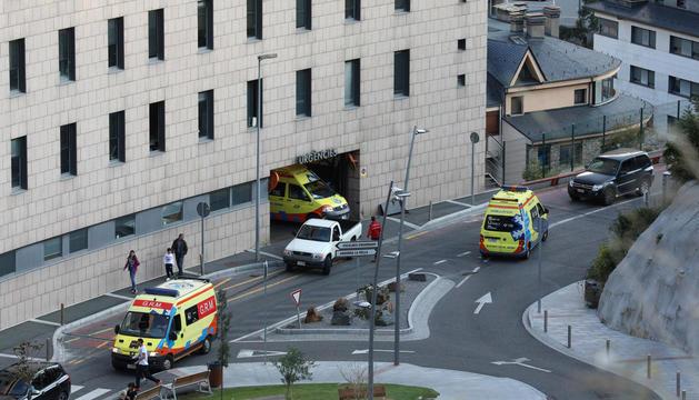 Ambulàncies circulant per la zona del Servei d'Urgències.