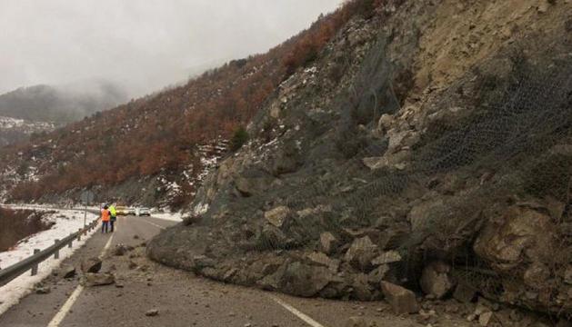 Els rocs han caigut a la carretera, tot i la malla protectora