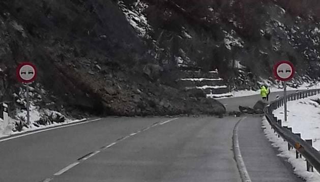 L'esllavissada a l'N-260, a Pont de Bar, que ha obligat a tallar la carretera en ambdós sentits
