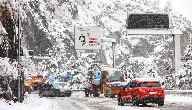 Màquines llevaneu a ple rendiment, cotxes amb dificultats i joves que van saber aprofitar la part bona i més ociosa de la neu.