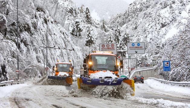 Les màquines llevaneu netegen l'accés al túnel del Pont Pla després de la nevada que es va produir ahir a la matinada.