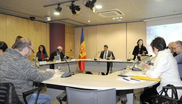 El CES durant la primera reunió, presidida pel ministre Jordi Gallardo