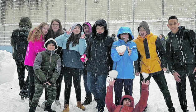Els joves de l'escola andorrana d'Encamp van aprofitar la neu per fer una guerra de boles