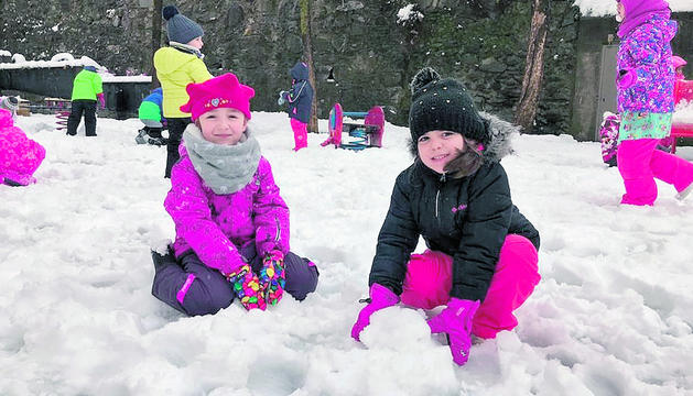 La gran quantitat de neu trobada al pati pels alumnes de l'Escola Andorrana de Sant Julià va animar-los a jugar amb aquesta