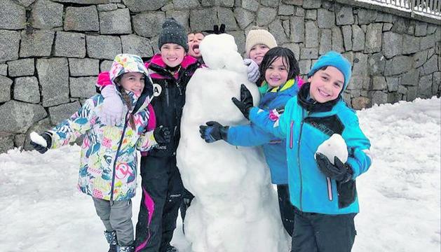 Els més grans de l'Escola Andorrana de Sant Julià també van modelar figures amb la neu