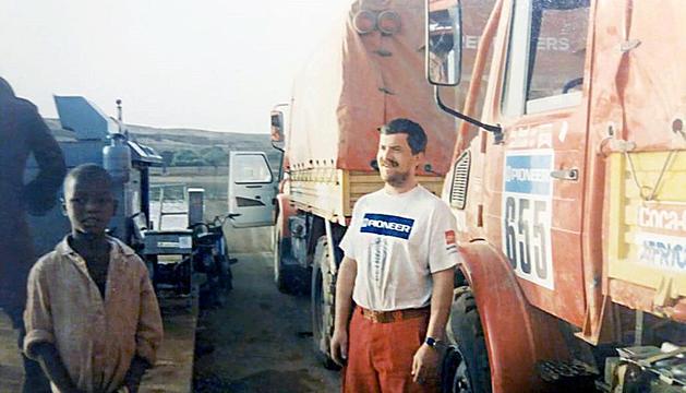 El pilot Jordi Ginesta amb un dels nadius durant el Ral·li Dakar del 1988.