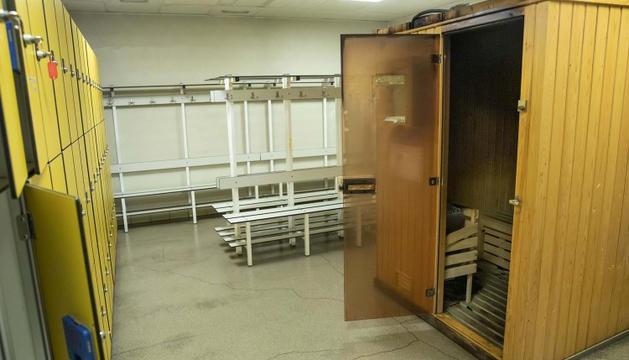 El vestidor amb la sauna on s'ha originat el fum.