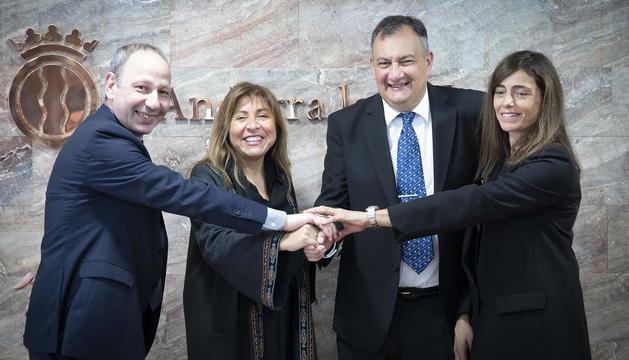 La cònsol major, Conxita Marsol, i l'intendent de San Carlos de Bariloche, Gustavo Genusso amplien l'acord d'amistat entre totes dues localitats