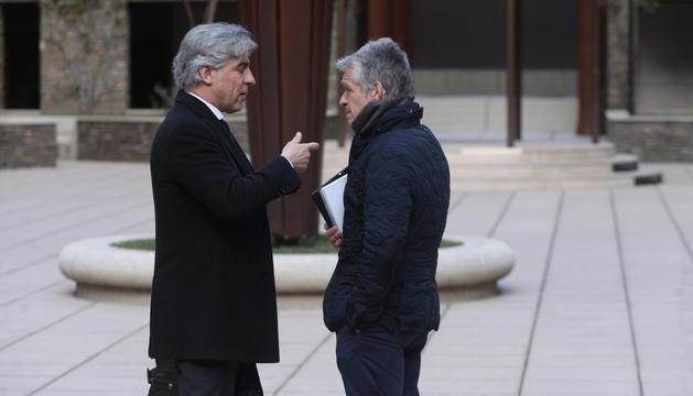 L'advocat Antoni Riestra amb Santiago de Rosselló abans d'iniciar-se la tercera sessió del judici