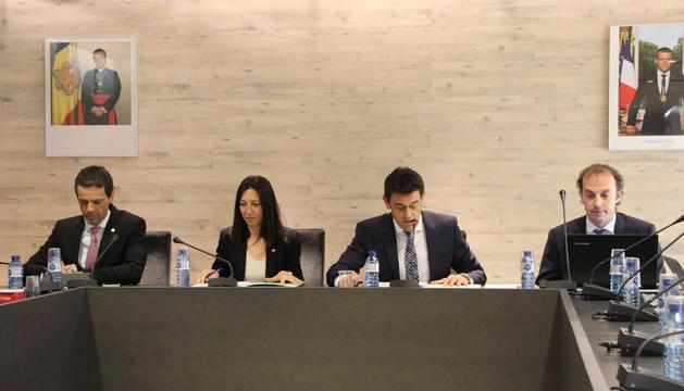 Josep Àngel Mortés, cònsol major, i Eva Choy, cònsol menor, presideixen la sessió de consell de comú d'Ordino