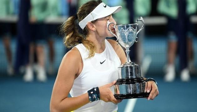 Vicky Jiménez Kasintseva amb la copa de campiona