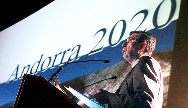 Albert Pintat es dirigeix als assistents en la presentació pública del projecte Andorra 2020, el juny del 2006.