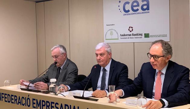 Miquel Armengol (la Cambra), Gerard Cadena (CEA) i Francesc Mora (EFA) aquesta tarda durant la presentació del document