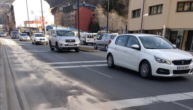 El carril de l'avinguda Tarragona amb el vessament d'oli