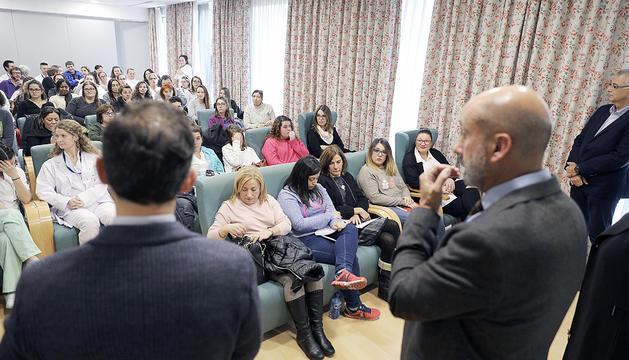 El ministre de Salut i el cap de Govern en una reunió amb els treballadors del centre, a finals de l'any passat.