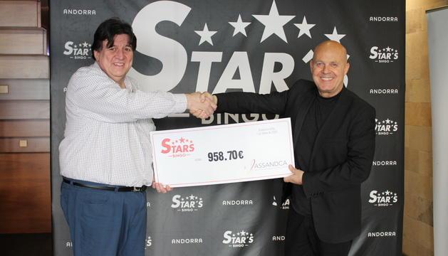 El director general de Bingo Stars, Marc Martos, ha lliurat un xec solidari a Josep Saravia, president d'ASSANDCA