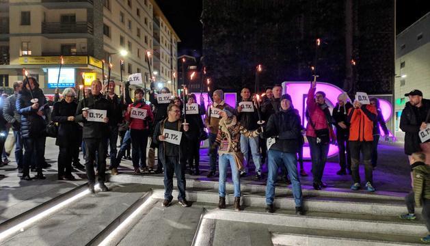 Entre 40 i 50 persones s'han reunit a la plaça The Cloud per manifestar-se contra el nou sistema de pensions que vol impulsar el Govern francès