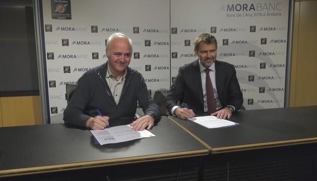 El president de l'ACA, Enric Pujal, i el director general de MoraBanc, Lluís Alsina, signant l'acord de col·laboració