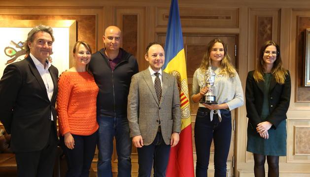 El cap de Govern amb Vicky Jiménez, que mostra la copa de campiona, juntament amb  i els seus pares, la ministra de Cultura i Esports, Sílvia Riva, el secretari d'Estat Justo Ruiz