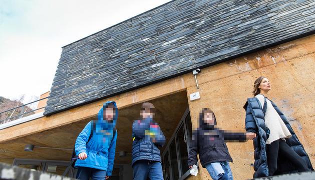 Alumnes de l'escola ordinenca sortint del centre divendres passat